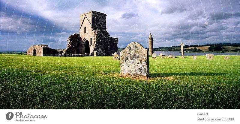 Ruine auf Derwenish Island Nordirland Bauwerk Kelten Friedhof Grab Wolken Sommer Abendsonne grün grau Weitwinkel Fluss Turm Baustelle Kloster Rücken