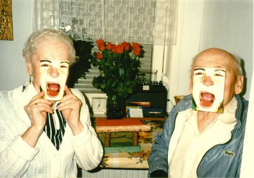 der kartentrick Mensch Stil Mann Frau verwandeln Partnerschaft retro Senior schreien Großmutter Großvater Freude Kommunizieren Postkarte lustig Maske Leben