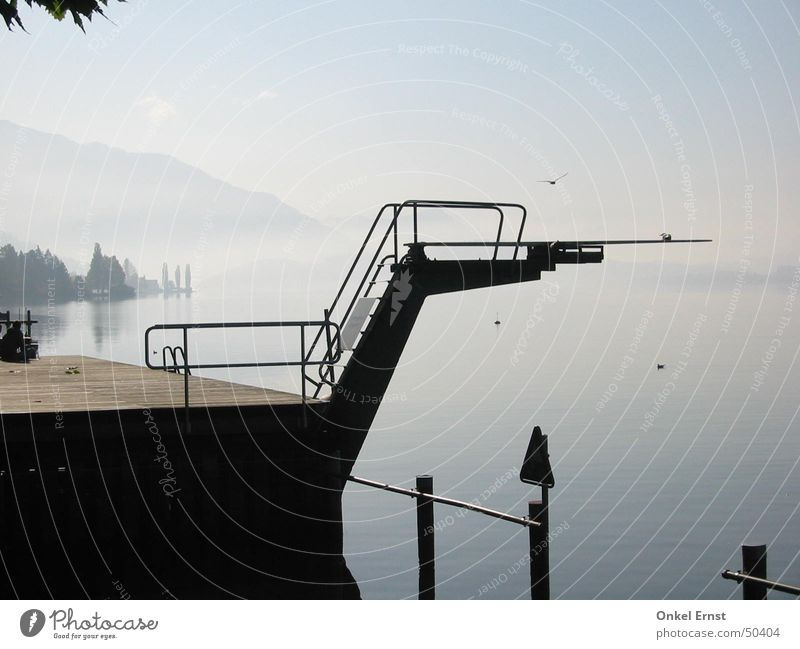 Sprung ins Paradies. Natur Wasser Himmel ruhig Wolken Sport springen Berge u. Gebirge See Vogel Nebel Turm Schweiz Sprungbrett Freibad