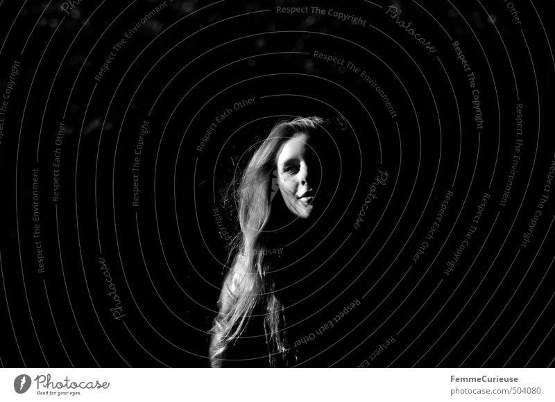 Vampire. Mensch Frau Jugendliche schön Junge Frau schwarz 18-30 Jahre Wald Erwachsene dunkel kalt feminin paarweise geheimnisvoll erleuchten gruselig