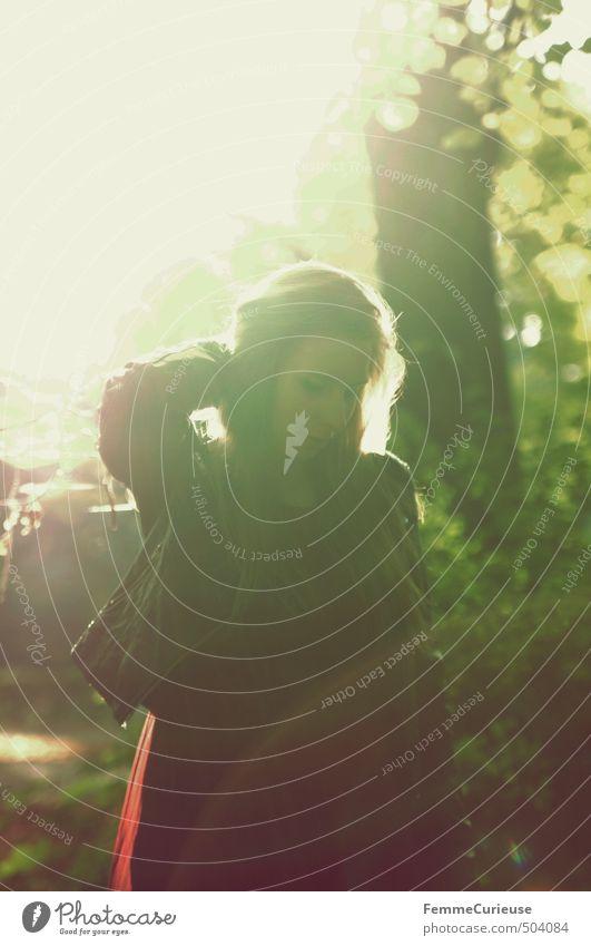 Autumnal Sun. Mensch Frau Natur Jugendliche Sonne Baum rot Junge Frau 18-30 Jahre Wald Erwachsene feminin Herbst Denken Park Freizeit & Hobby