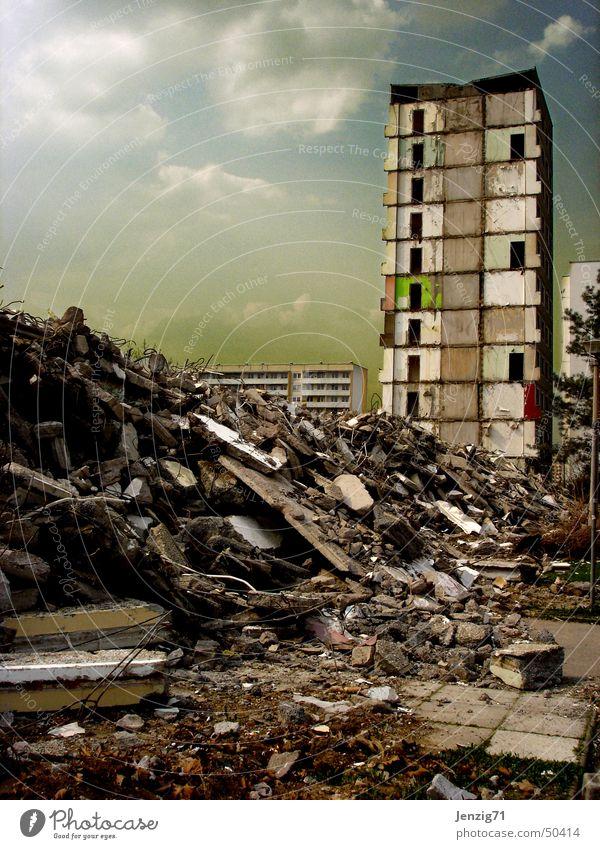 Endzeit. Haus Hochhaus Baustelle Müll Zerstörung Demontage Block Plattenbau Zerreißen Bauschutt zerstören Wohnhochhaus