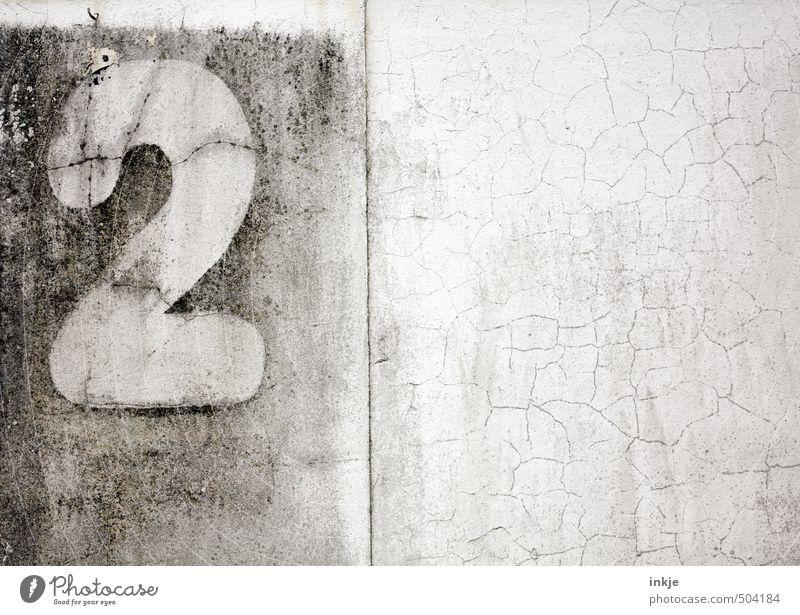 angebrochene zweitausend |1300 Menschenleer Mauer Wand Fassade Hausnummer Beton Zeichen Ziffern & Zahlen 2 alt kaputt trist Umzug (Wohnungswechsel) Verfall