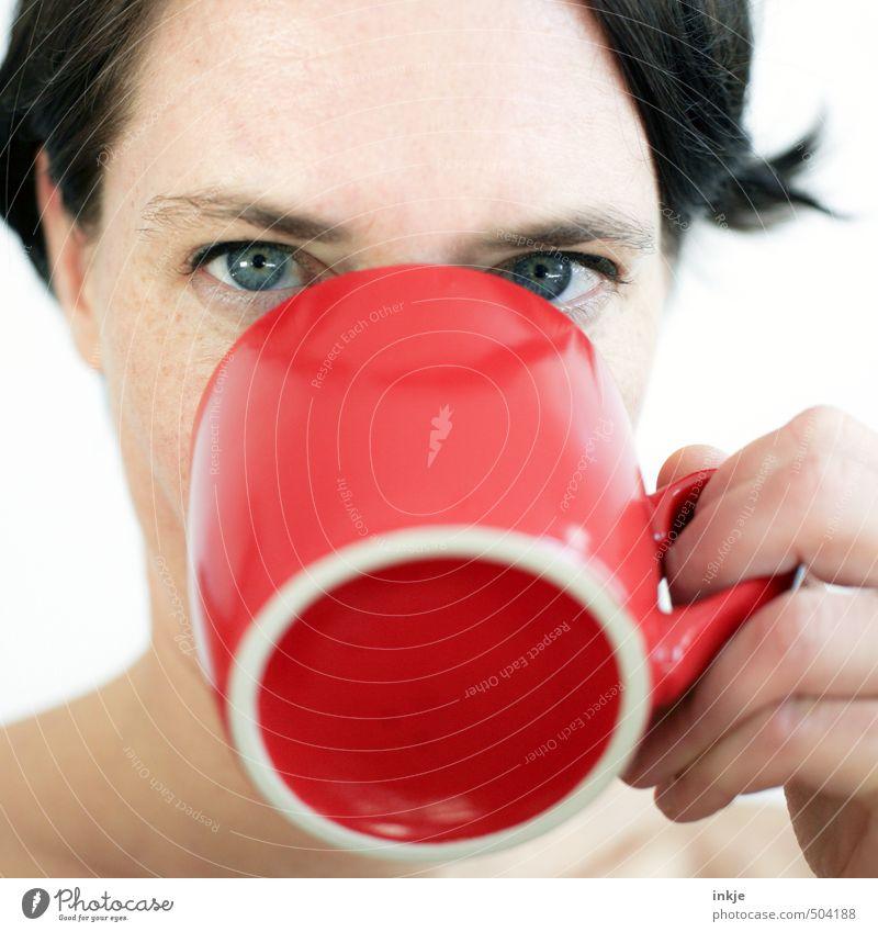 Frau trinkt aus roter Tasse Frühstück Getränk trinken Heißgetränk Milch Kakao Kaffee Tee Becher Lifestyle Erwachsene Leben Gesicht 1 Mensch 30-45 Jahre