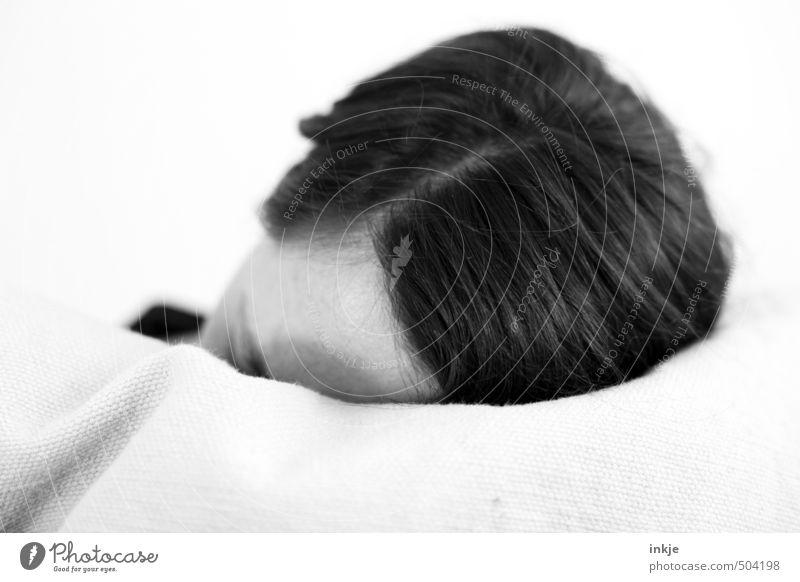 Kopf Erholung ruhig Frau Erwachsene Leben Haare & Frisuren 1 Mensch 30-45 Jahre schwarzhaarig kurzhaarig langhaarig Scheitel Kissen liegen schlafen träumen