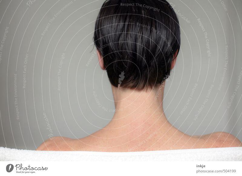 Kopf schön Körperpflege Haare & Frisuren Frau Erwachsene Leben Haut Rücken 1 Mensch 30-45 Jahre schwarzhaarig kurzhaarig stehen nackt nass Gefühle Identität