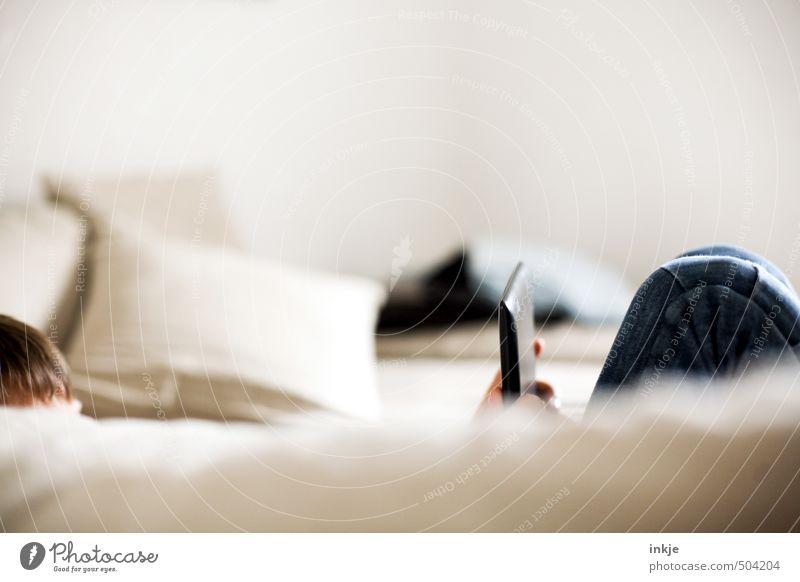 Freizeitbeschäftigung (eher Inter als aktiv) Mensch Jugendliche Leben Junge Spielen liegen Freizeit & Hobby Wohnung Raum Kindheit Häusliches Leben Lifestyle Computer lernen lesen Bildung