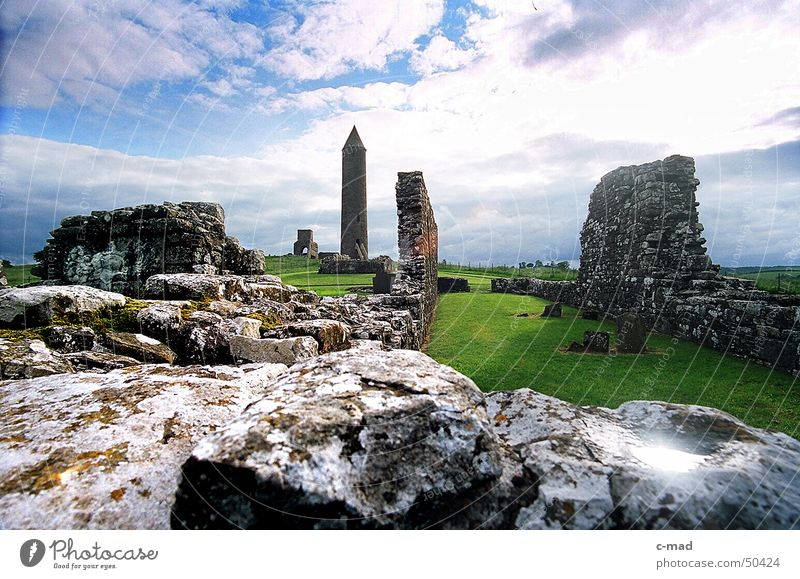 Klosterruine auf Derwenish Island Himmel grün blau Sommer Wolken Farbe Garten Mauer Landschaft Baustelle Burg oder Schloss Bauwerk Ruine Nordirland Mittelalter Upper Lough Erne