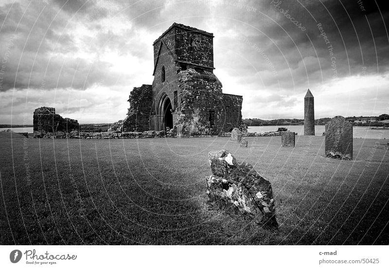 Klosterruine auf Derwenish Island S/W Himmel weiß Sommer schwarz Wolken Farbe Garten Mauer Landschaft Religion & Glaube Baustelle Bauwerk Ruine Friedhof Grab