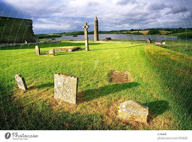 Friedhof auf Derwenish Island Wasser Himmel grün blau Sommer Wolken Farbe Wiese Garten Mauer Landschaft Religion & Glaube Rücken Baustelle Bauwerk Ruine