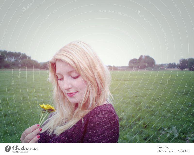 In Gedanken sein Natur Landschaft Wolkenloser Himmel Pflanze Löwenzahn Wiese Pullover blond beobachten Blühend Denken Lächeln träumen Traurigkeit authentisch