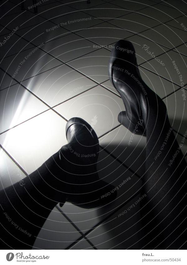 Tatort Küche Schuhe Stiefel Damenschuhe Bodenbelag schwarz Kriminalität Unfall Frau Leiche unheimlich bedrohlich Angst Panik Fliesen u. Kacheln Beine Schatten