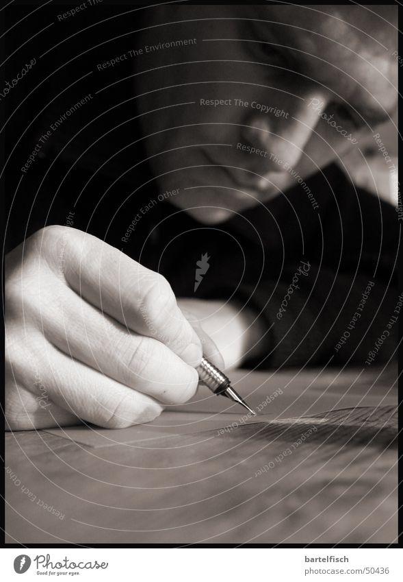 handschriftlich Porträt Hand Tinte Füllfederhalter Nostalgie Gedanke Tiefenschärfe Handwerk Handschrift Feder Schriftzeichen Makroaufnahme Schwarzweißfoto