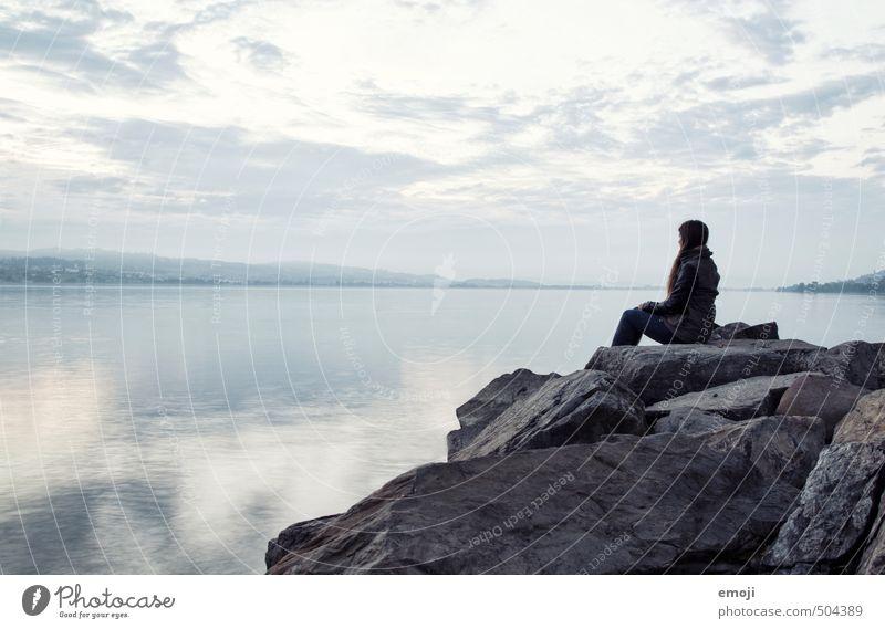 grau in grau Mensch Himmel Natur Wasser Landschaft Wolken Umwelt Traurigkeit Herbst grau Stein See sitzen trist Seeufer schlechtes Wetter