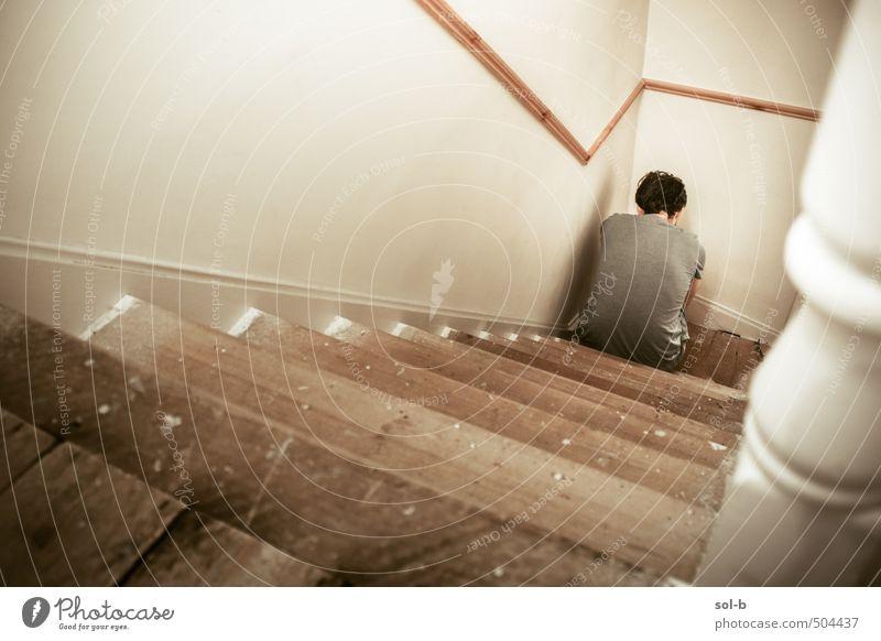 Unten Krankheit Häusliches Leben Haus Arbeitslosigkeit maskulin Junger Mann Jugendliche 1 Mensch 18-30 Jahre Erwachsene Mauer Wand Treppe Denken sitzen