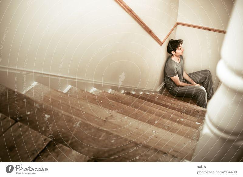 Schlaflosigkeit Krankheit Zufriedenheit Erholung Häusliches Leben Haus Mensch maskulin Junger Mann Jugendliche Erwachsene 1 18-30 Jahre Mauer Wand Treppe Denken