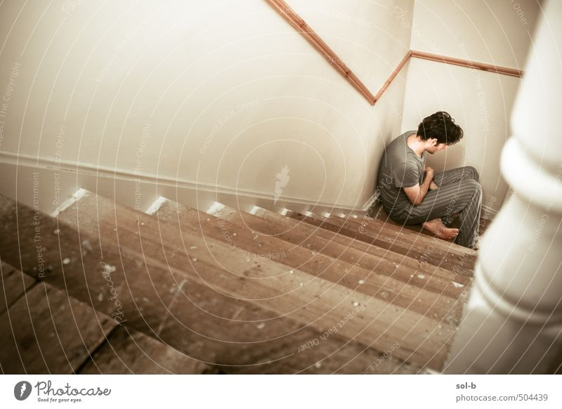 Mensch Jugendliche Einsamkeit Haus Junger Mann 18-30 Jahre Erwachsene dunkel Wand Leben Traurigkeit Mauer Holz braun maskulin Treppe