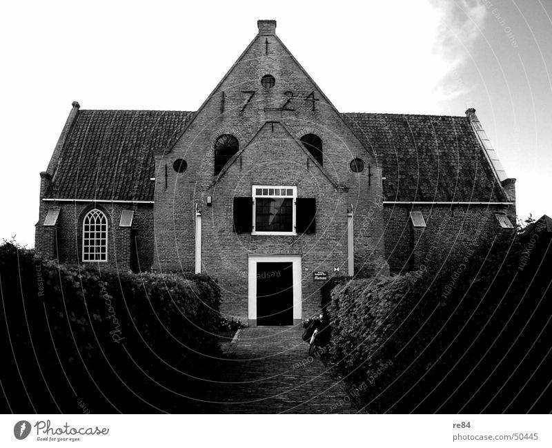 Kontrastprogramm 1721 alt weiß Haus schwarz dunkel Fenster Wege & Pfade grau Religion & Glaube Stein Schriftzeichen Dach Baustelle Zeichen Ziffern & Zahlen verfallen