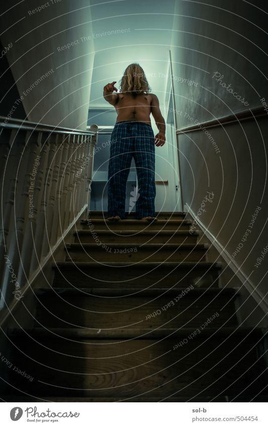 Mensch Kind Jugendliche nackt Haus Junger Mann 18-30 Jahre Erwachsene dunkel Wand Mauer oben Angst maskulin Treppe Häusliches Leben