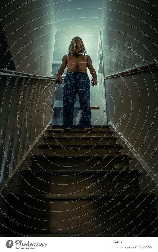 Schlafwandler Häusliches Leben Haus maskulin Junger Mann Jugendliche 1 Mensch 18-30 Jahre Erwachsene Treppe Schlafanzug blond langhaarig Aggression bedrohlich