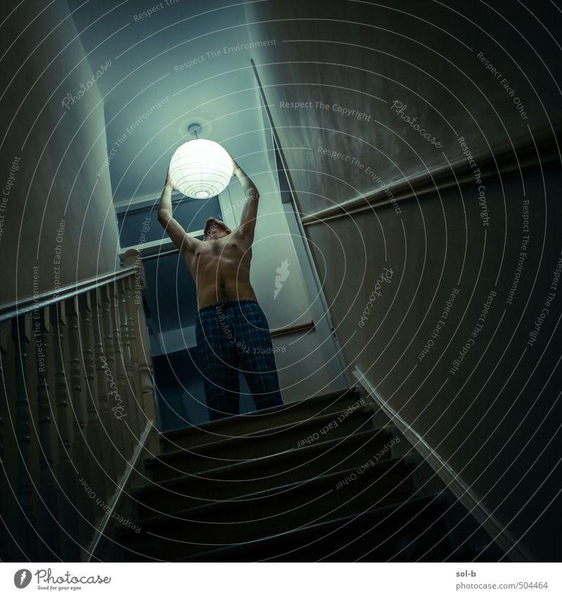 Aussteigen Häusliches Leben Haus Innenarchitektur heimwärts maskulin Junger Mann Jugendliche Brust 1 Mensch 18-30 Jahre Erwachsene Mauer Wand Treppe Licht