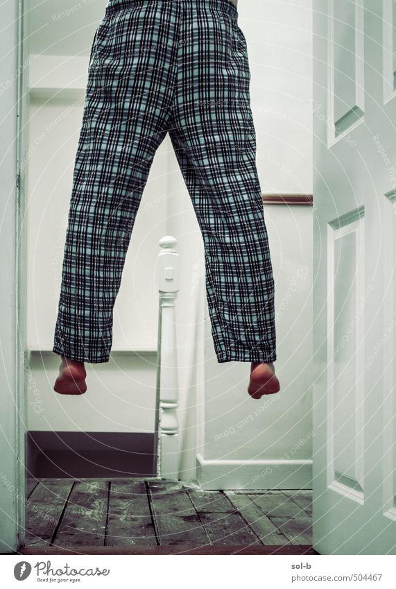 Mensch Jugendliche Haus Erwachsene dunkel Leben Traurigkeit Tod Beine Stimmung Treppe Tür Häusliches Leben trist Armut Trauer