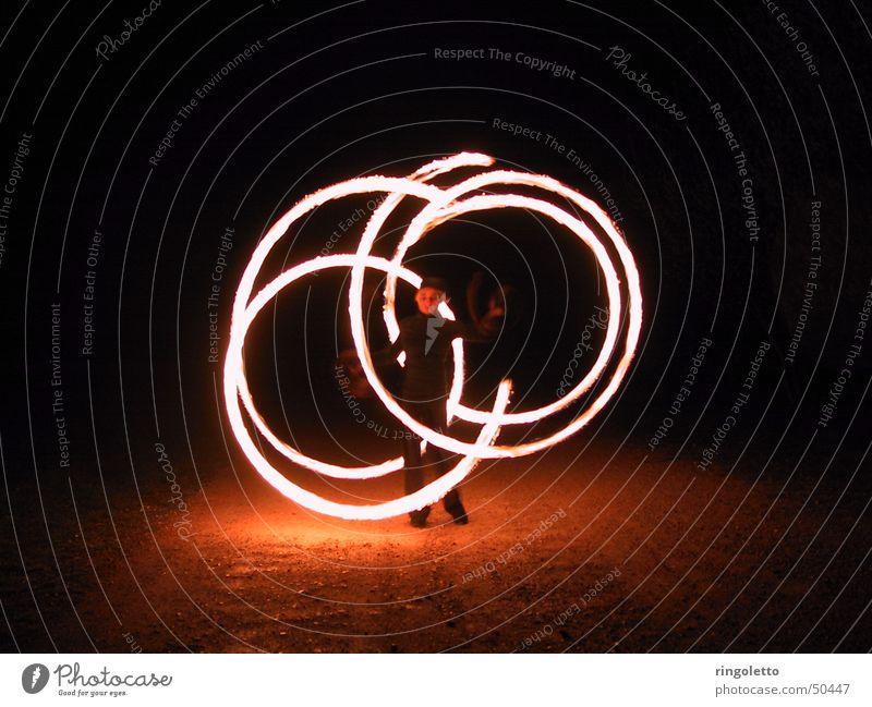 Im Kreis des Feuers jonglieren Nacht Akrobatik Show Romantik Kunst rund feurig Außenaufnahme Nachtaufnahme Brand hell artistisch geschmackvoll Künstler elegant