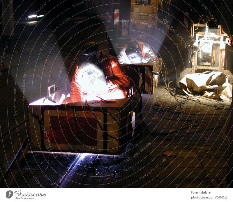 Night on earth Mann Straße dunkel Arbeit & Erwerbstätigkeit Paar Wärme hell paarweise Schutz Maske Physik Beruf heiß Gleise eng anstrengen