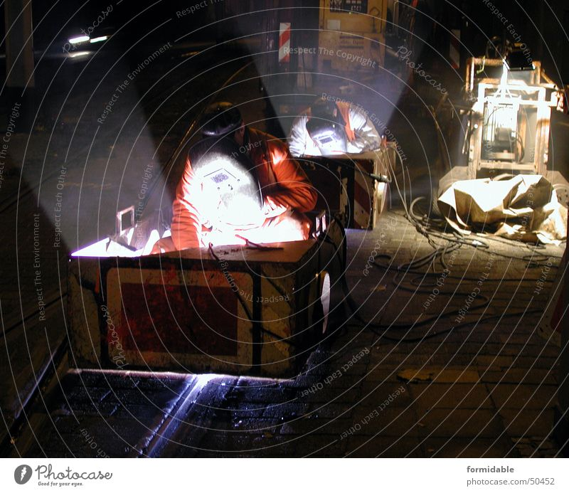 Night on earth Nacht Schweißen Licht Arbeit & Erwerbstätigkeit Gleise dunkel Paar Mann Arbeiter Schweißer Nachtarbeit heiß eng Physik Nachtaufnahme