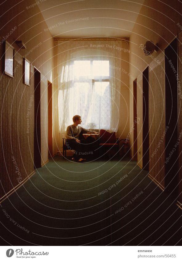 Hotelflur in Stettin ruhig Einsamkeit Erholung Fenster warten retro trist Pause einfach Hotel Gelassenheit Langeweile Flur einzeln Gardine