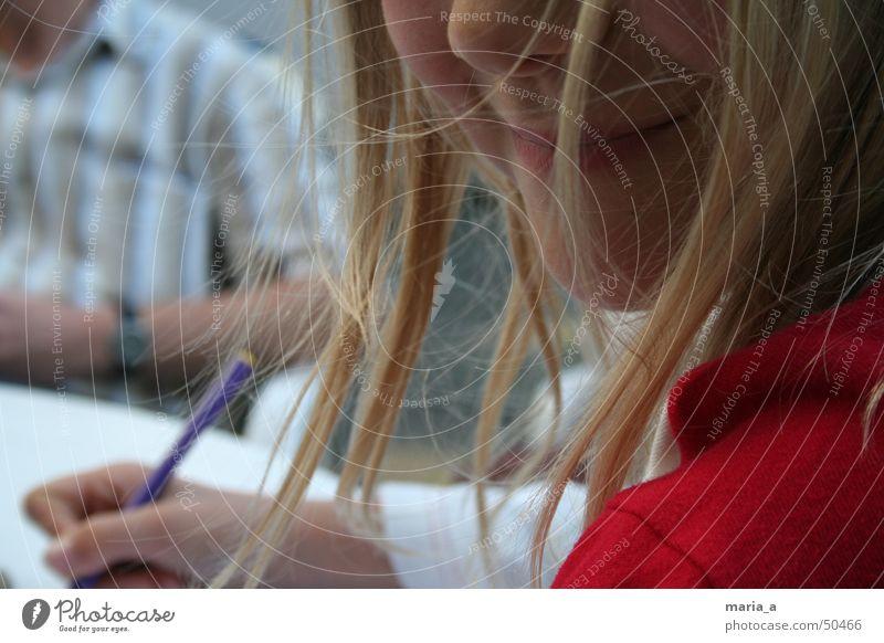 Ein Lächeln Kind Mädchen feminin blond Schreibstift Zufriedenheit zerzaust rot Haare & Frisuren streichen schreiben lachen grinsen Freude Glück Mund Nase