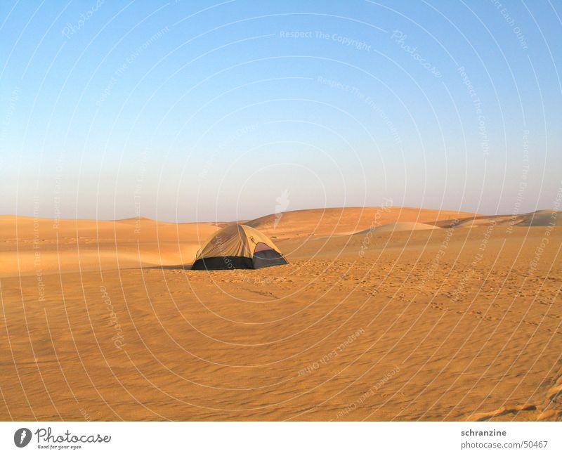 Ein Zelt abseits der Zivilisation Einsamkeit schlafen Unterkunft Ferien & Urlaub & Reisen Hotel Oman Abenteuer Camping Wüste Landschaft Haus Himmel Sand Ferne