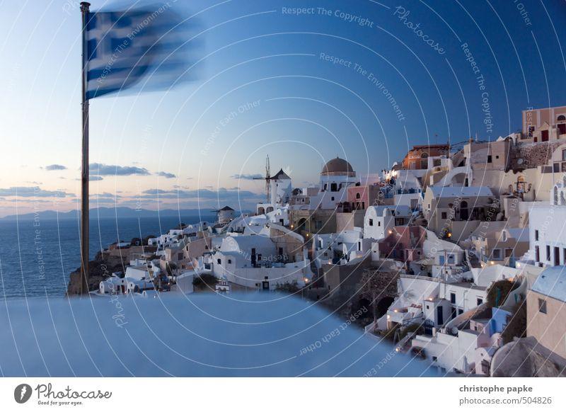 Oia auf Santorini, Abenddämmerung, griechische Flagge weht Griechenland Sommerurlaub Fahne Ferien & Urlaub & Reisen Tourismus Sehenswürdigkeit Städtereise Meer
