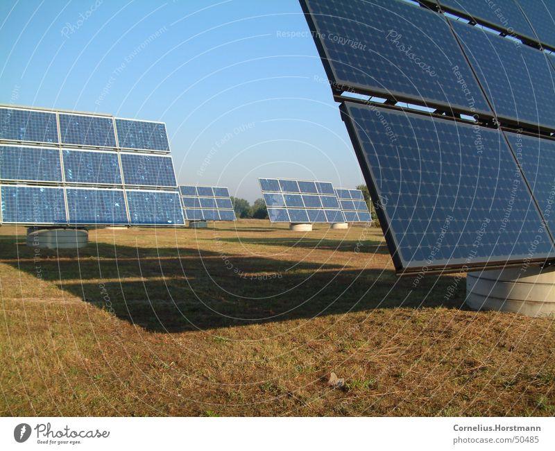 Solar-Feld Himmel Sonne blau Wiese braun Feld Umwelt groß Industrie Energiewirtschaft Elektrizität Technik & Technologie Klima Sonnenenergie Schönes Wetter Kristallstrukturen