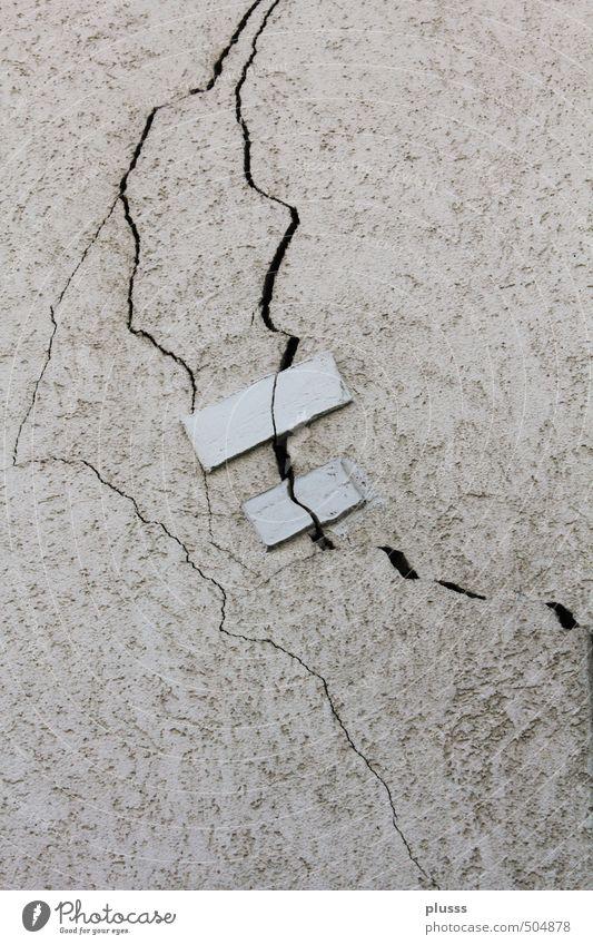 erdbebensicher ;-) Handwerker Anstreicher Baustelle Haus Mauer Wand Fassade alt kaputt weiß Traurigkeit Liebeskummer Schmerz Zerstörung Riss Furche paarweise