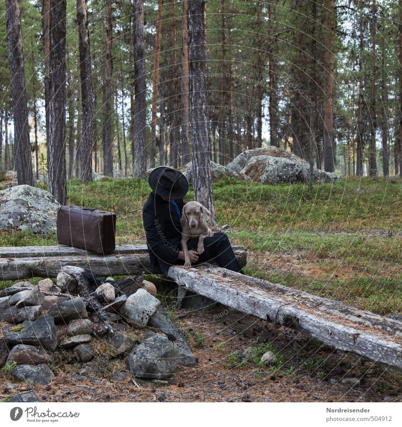 Landstreicher Wohlgefühl Zufriedenheit Sinnesorgane Erholung Mensch Mann Erwachsene Wald Wege & Pfade Anzug Hut Tier Hund Kommunizieren Vertrauen Sicherheit
