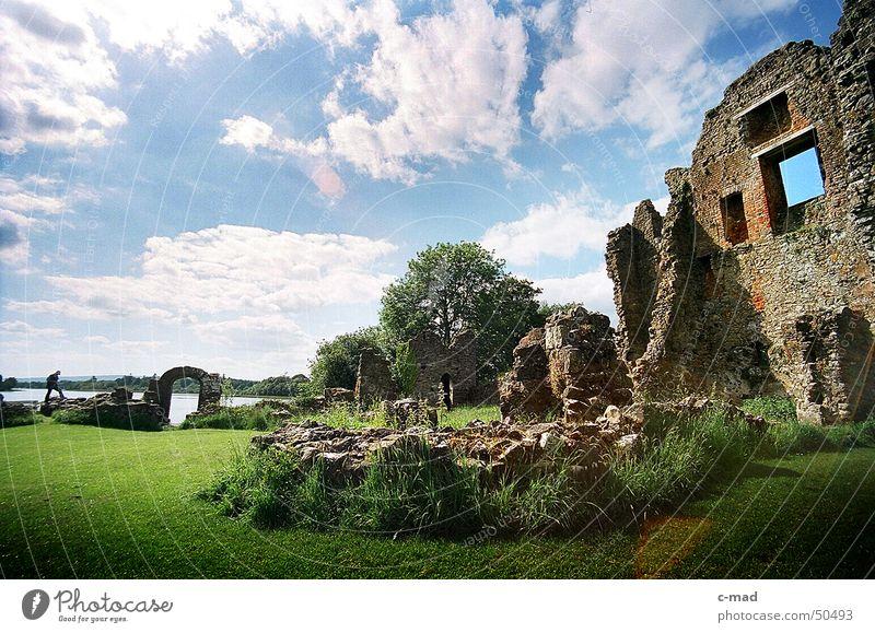 Crom Castle am Lough Erne Nordirland Ruine Bauwerk See Wolken Park grün grau Sommer Fluss Wasser Turm castle Baustelle crom Upper Lough Erne Gewitter Farbe