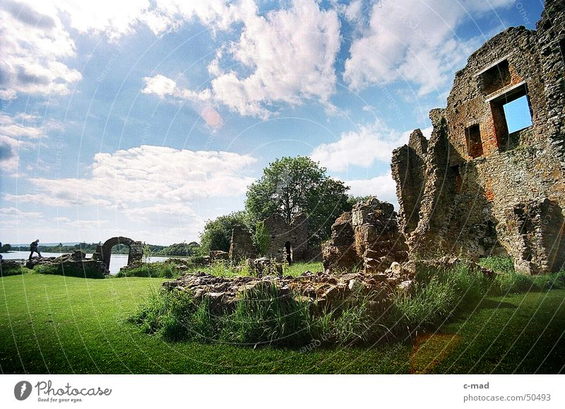Crom Castle am Lough Erne Wasser grün blau Sommer Wolken Farbe grau See Park Landschaft Fluss Baustelle Turm Bauwerk Gewitter Ruine