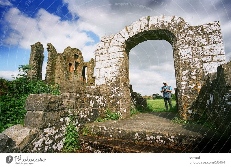 Crom Castle am Lough Erne Nordirland Ruine Bauwerk Torbogen Mann Tourist Weitwinkel See Wolken Park grün grau Sommer Fluss Wasser Turm castle Baustelle Mensch