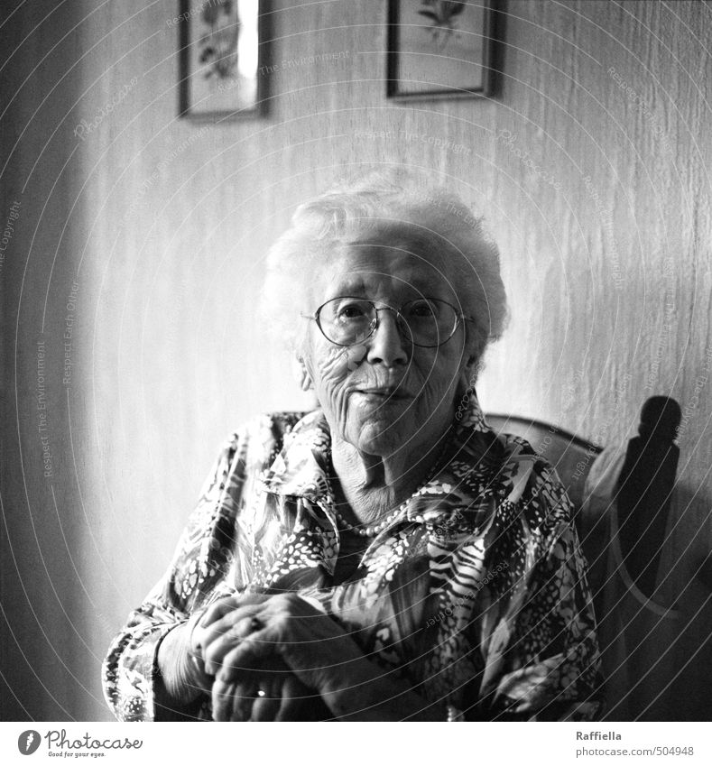 despedida feminin Weiblicher Senior Frau Haut Haare & Frisuren Gesicht Auge Nase Mund Hand 1 Mensch 60 und älter Bluse Schmuck Brille weißhaarig Locken Blick