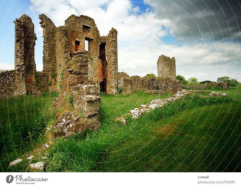 Crom Castle am Lough Erne Nordirland Bauwerk Wolken Park grün grau Sommer Fluss Wasser Turm Baustelle crom Upper Lough Erne Gewitter Farbe Landschaft blau