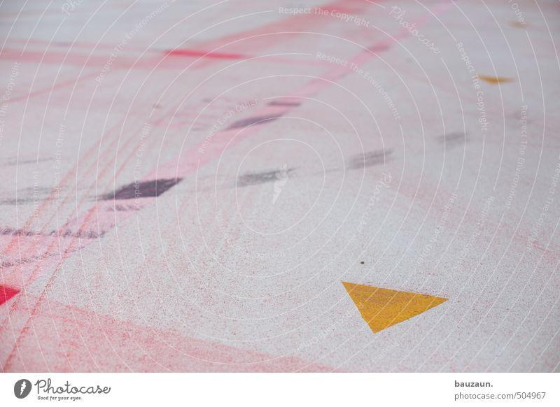 dreiecksgeschichte. Industrie Handel Platz Parkhaus Autofahren Wege & Pfade Verkehrszeichen Verkehrsschild Beton Kunststoff Zeichen Hinweisschild Warnschild