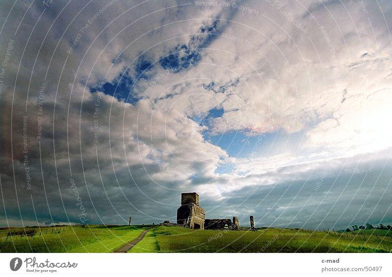 Derwenish Island am Abend Nordirland Bauwerk Ruine Kelten Friedhof Grab Wolken Sommer grün Gegenlicht Weitwinkel Fluss Turm Baustelle Kloster Rücken