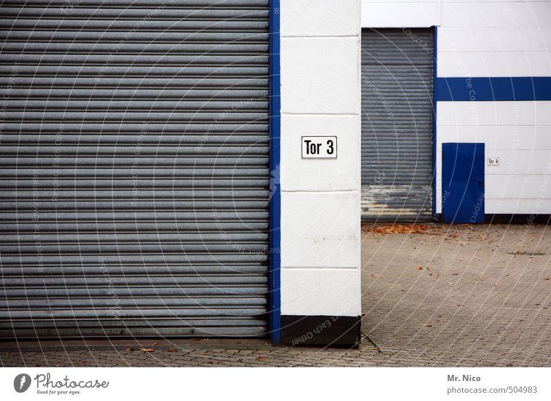 Laden dicht ! Industrieanlage Fabrik Tor Gebäude Mauer Wand Fassade Tür blau grau Rolltor geschlossen Hinterhof Warenannahme Warenlager Lagerhalle Handel