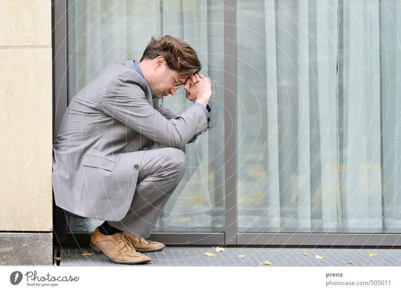 Leistung lohnt sich. Mensch Mann Einsamkeit Erwachsene Gefühle Traurigkeit grau braun Angst maskulin nachdenklich Anzug seriös Geschäftsmann 30-45 Jahre