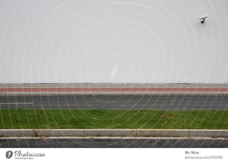 street view Stadt grün weiß Einsamkeit Wand Straße Gras Wege & Pfade Mauer Gebäude Linie Fassade beobachten Sicherheit Asphalt Bürgersteig