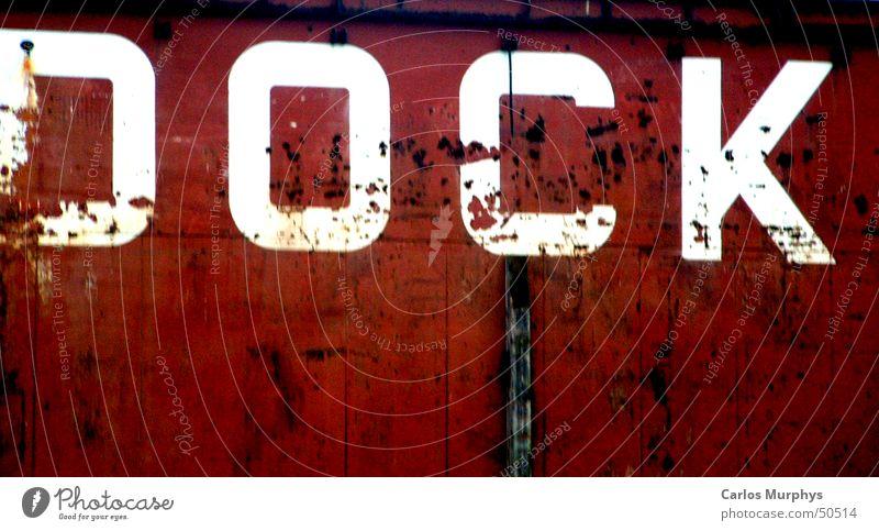 Zeichen der Zeit rot weiß Wasserfahrzeug Dock Großbuchstabe Buchstaben alt Hamburg Hafen Schriftzeichen Farbe letter ship red white harbour Druckerzeugnisse