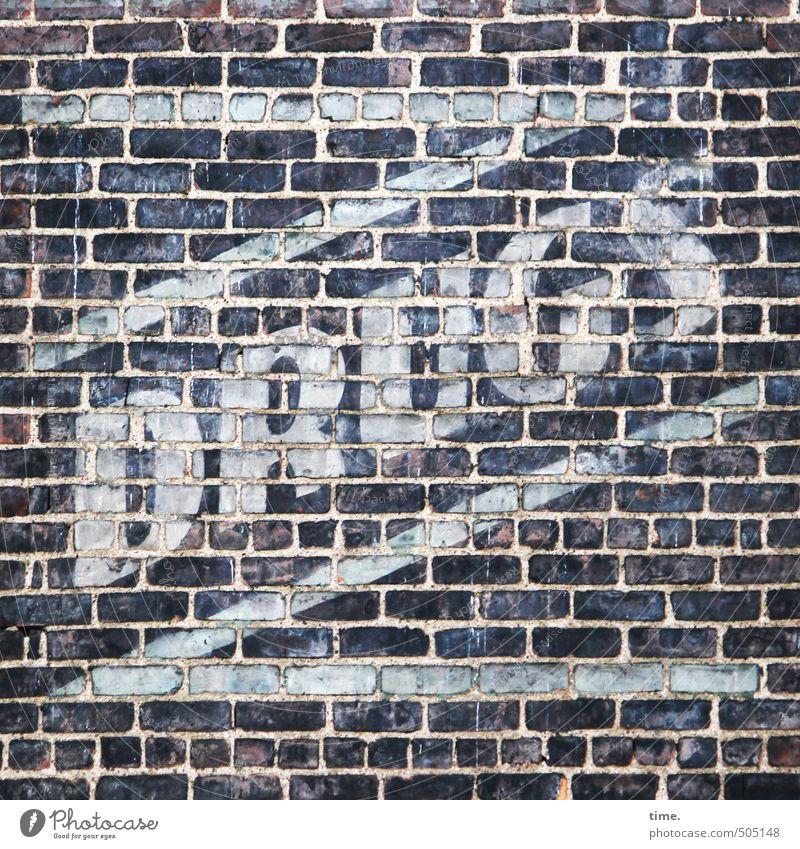 Keine Macht ... Bauwerk Gebäude Mauer Wand Fassade Backsteinwand Backsteinfassade Werbung Farbstoff Stein Zeichen Schriftzeichen Hinweisschild Warnschild alt