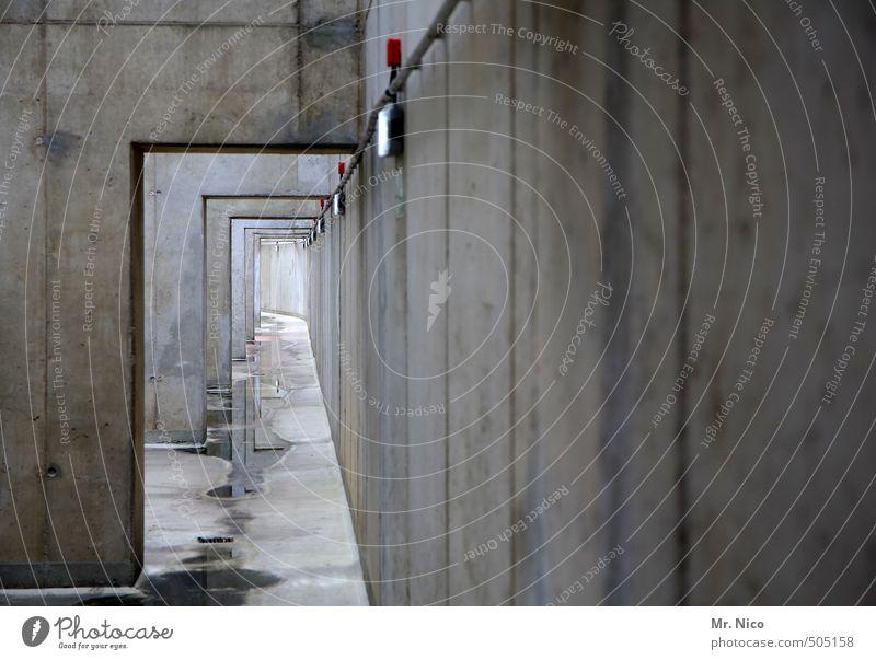 ende in sicht Tunnel Gebäude Architektur Mauer Wand Fassade Einsamkeit abstrakt Gang Beton Betonwand Industrieanlage Parkhaus trist grau Kabel Pfütze