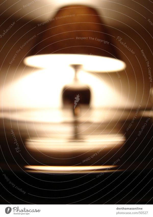 Schall-Lampe Plattenspieler Omnitronic Licht Reflexion & Spiegelung Unschärfe drehen laut Takt Diskjockey Tischlampe Nacht dunkel glänzend unheimlich